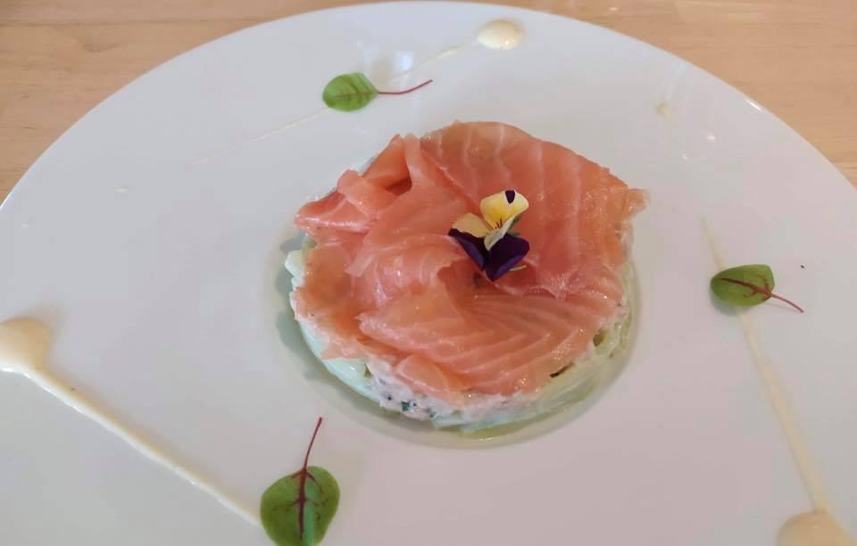 rémoulade concombre, duo de saumon et de crabe